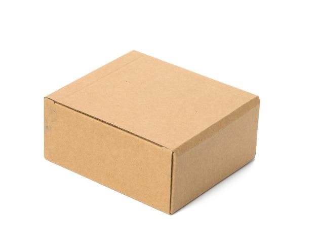 흰색 배경에 분리된 갈색 골판지로 만든 사각형 상자입니다. 상품의 친환경 포장