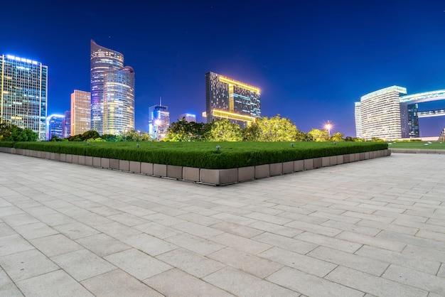 四角いレンガ舗装と近代建築の夜景
