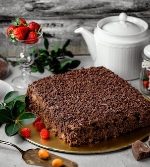 チョコレート片で覆われた正方形のケーキ
