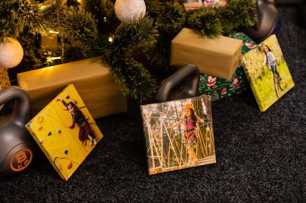 正方形の帆布とスポーツ用ウェイトをギフトとして。クリスマスと新年のコンセプト。