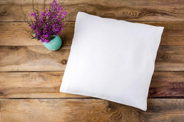 Макет квадратной хлопковой подушки с фиолетовыми полевыми цветами