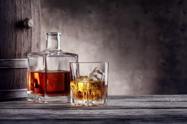 正方形のデカンターと氷とウイスキーのグラス