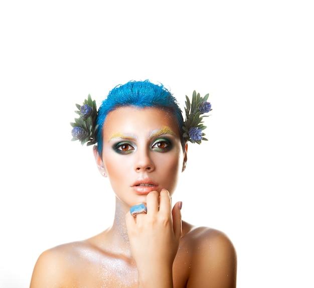 짧은 헤어스타일과 헤어 스튜디오에서 꽃을 가진 정사각형의 우아한 소녀가 고립되어 있습니다.