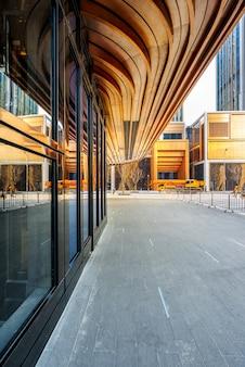 Fronte quadrato di edifici per uffici moderni