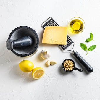 흰색 칠판에 사각형 녹색 바질 pesto alla genovese 이탈리아 요리법 재료