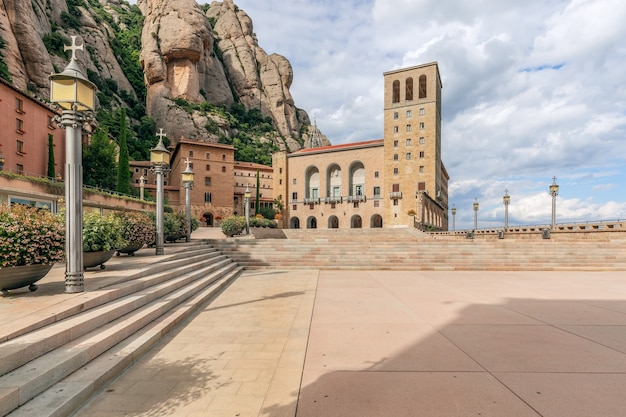 有名な修道院、サンタ マリア デ モントセラト修道院の前の広場。カタルーニャ、スペイン。