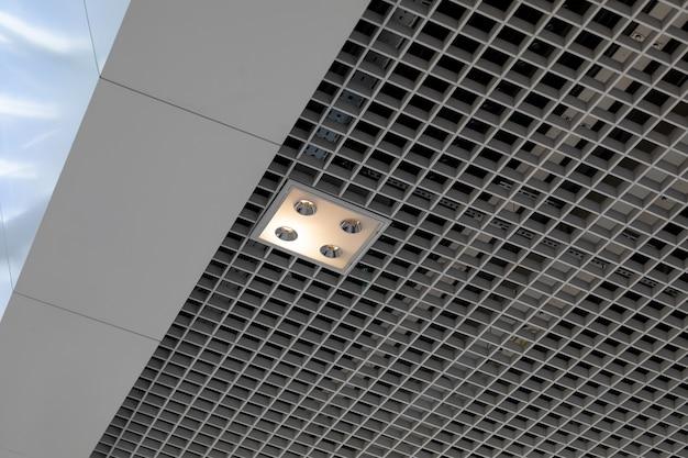 Квадратный светильник с четырьмя лампами на потолке коммерческого здания