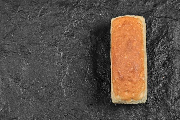 Квадратный кусок хлеба изолированы.