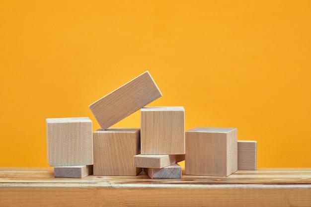 空の木製の立方体のモックアップスタイルの正方形、コピースペース。創造的なデザインのための木製のブロックテンプレート、テキストのための場所。