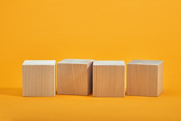 空の木製の立方体の正方形