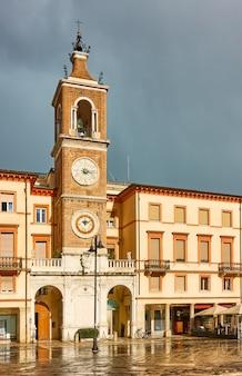 Площадь трех мучеников (piazza tre martiri) в римини после дождя, италия