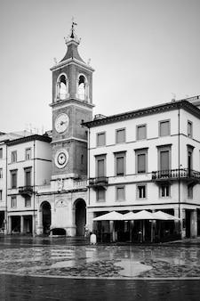 Площадь трех мучеников (piazza tre martiri) в римини, италия / черно-белая городская фотография