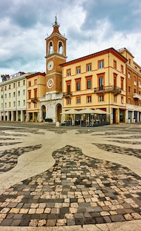 Площадь трех мучеников (piazza tre martiri) в римини, италия