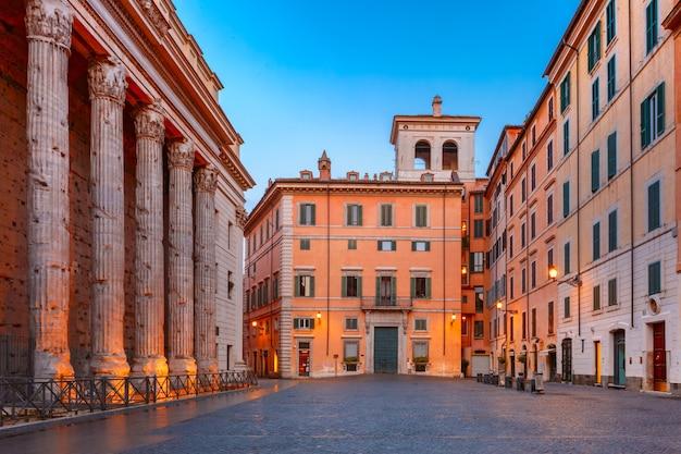 ローマの歴史的中心部にあるスクエアピアッツァディピエトラは、イタリアの朝、左側にあるハドリアヌス神殿の側列柱を生き残っています。