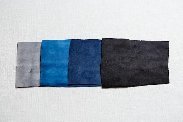 회색 배경에 여러 색상의 천으로 된 정사각형 조각