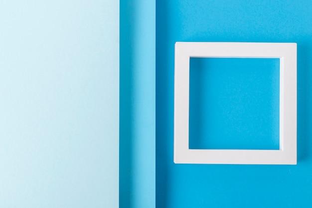 접힌 종이 재료의 파란색 판지 디자인 배경에 있는 정사각형 연단. 평면도, 평면도.