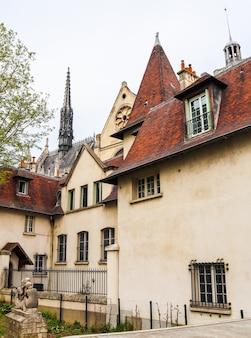 Площадь церкви сен-лоран в париже, франция, весна