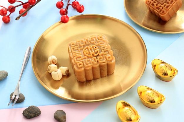 Лунный торт квадратной формы (mooncake) китайская десертная закуска во время фестиваля середины осени по лунному новому году. концепция белой азиатской пекарни, концепция фестиваля середины осени