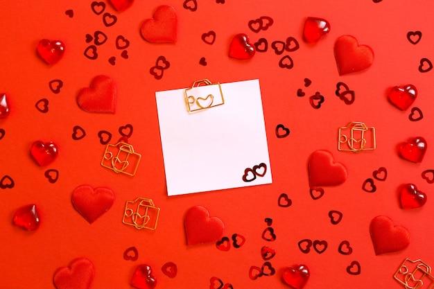 편지와 하트 모양의 종이 클립이있는 메모 용 정사각형 시트