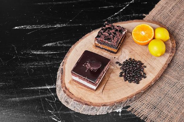 Una fetta quadrata di cheesecake al cioccolato su fondo nero