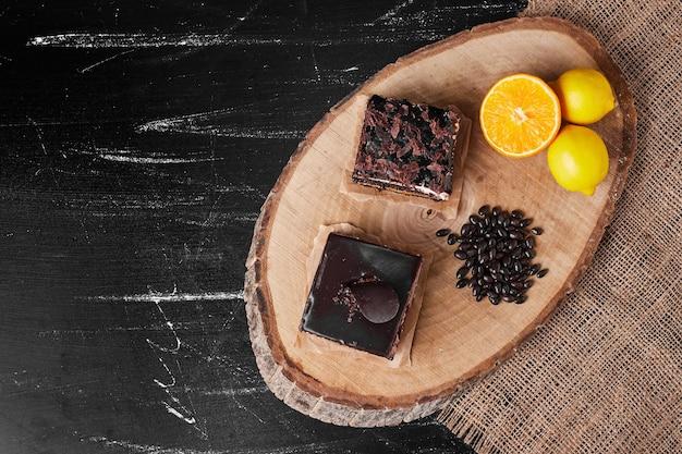 Una fetta quadrata di cheesecake al cioccolato con limone.