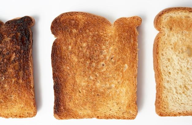 Квадратные ломтики хлеба из белой пшеничной муки поджаренные
