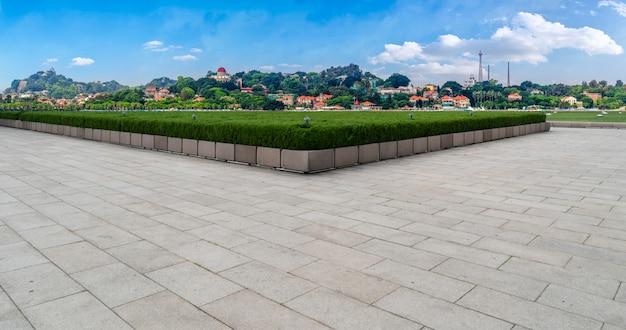 正方形のタイルと街のスカイライン