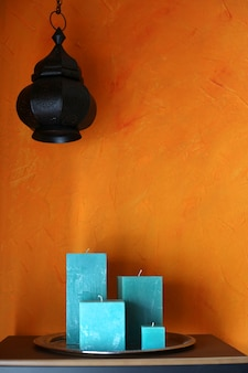トレイ上の正方形のターコイズブルーのキャンドル