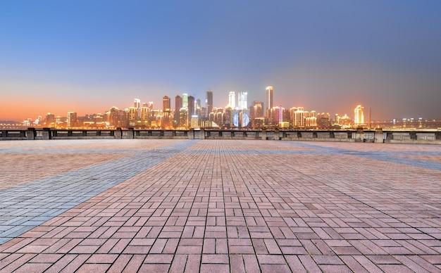 Площадь с ярким городом на расстоянии