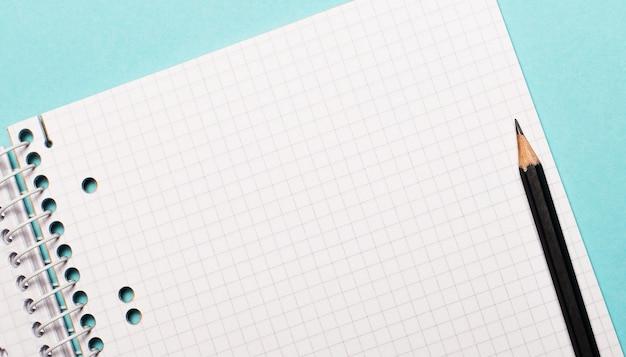 黒鉛筆で四角いノート