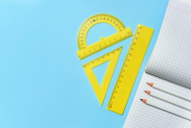 제곱 된 학교 노트북 및 연필