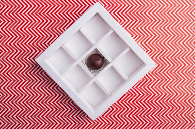 Коробка шоколада квадратной формы с одной конфетой
