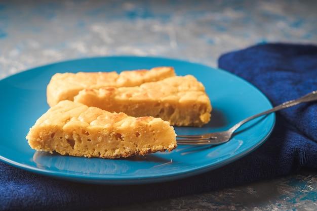 Сквош и сырный пирог на тарелке на синей ткани