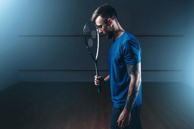 Концепция игры в сквош, мужской игрок с ракеткой