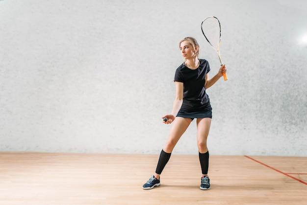 Обучение игре в сквош, игрок женского пола с ракеткой