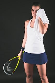 Squash player asciugandosi il sudore