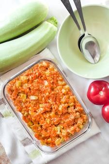 にんじんとトマトのスカッシュシチューと四角いガラス皿フラットレイトップビュー