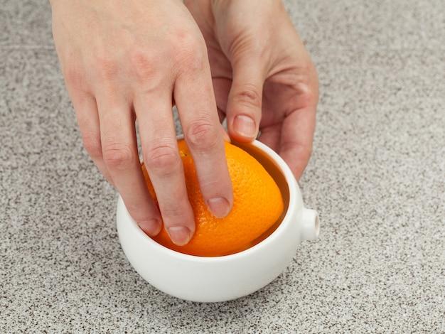 오렌지 주스를 짜내 프리미엄 사진