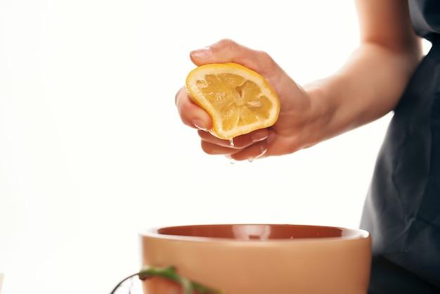 Выдавливание лимона в салатную тарелку приготовление ингредиентов