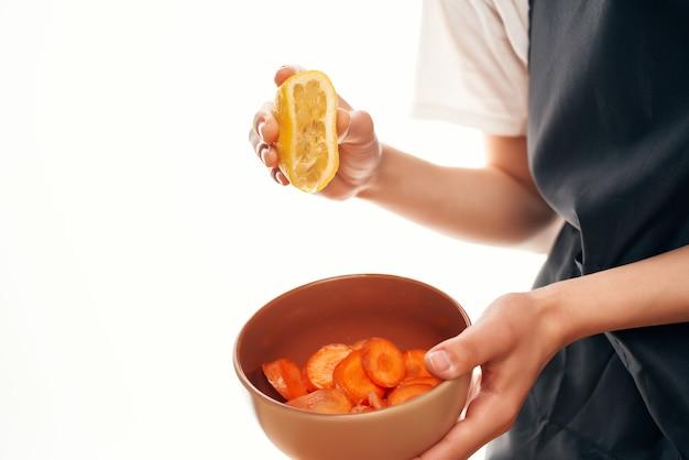 レモンをサラダプレートの材料調理に絞る