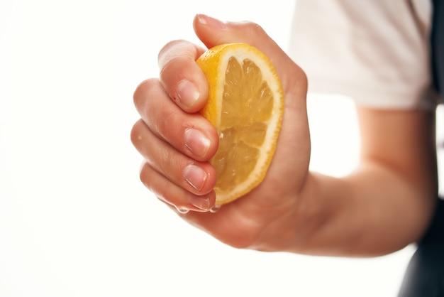レモン汁をサラダクッキングフードキッチンの材料に絞る