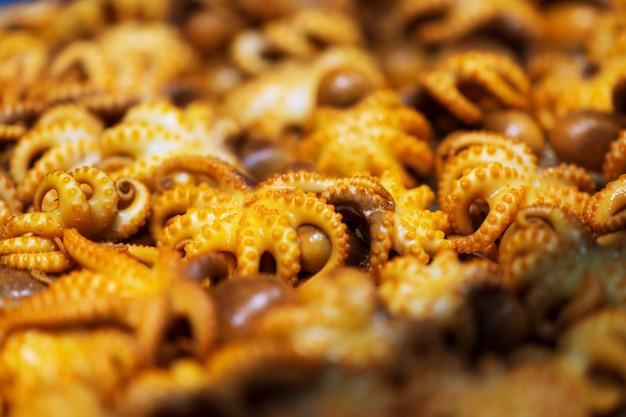 Барбекю из кальмаров, жареный кукольный осьминог на тайском уличном рынке
