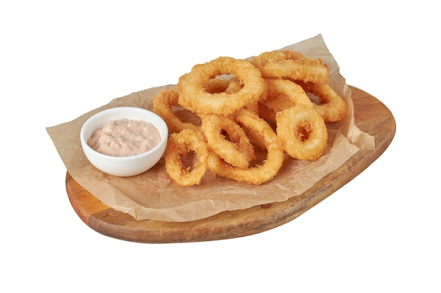 Кольца кальмаров в кляре, ресторанное блюдо, изображение изолировать