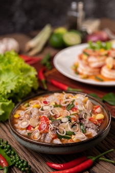 Insalata di calamari con coriandolo, cipolla verde tritata, aglio e mais nel piatto
