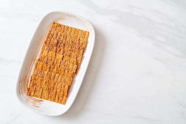 Кальмары закуски из морепродуктов на тарелке