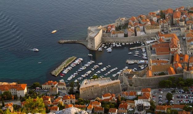 かわいいクロアチアの家々とにぎやかな通りとクロアチア、ダルマチアのsrđ山の空中ショット