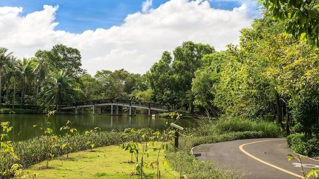 Sri nakhon khuean khan park and botanical garden은 태국 samut prakan의 bang kachao sub-district에 있는 방콕의 허파라고 선언된 공원입니다.
