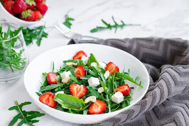 아루굴라 시금치 페타와 캐슈넛을 곁들인 딸기 샐러드 채식 음식과 생식 다이어트