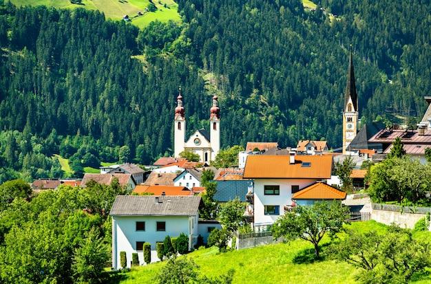 Церкви святой варвары и успения пресвятой богородицы в деревне флисс - долина инн, тироль, австрия