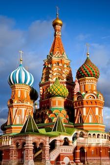 Собор василия блаженного и памятник минину и пожардскому в москве, россия